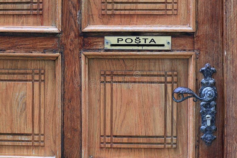 Brievenbus in houten deur stock fotografie