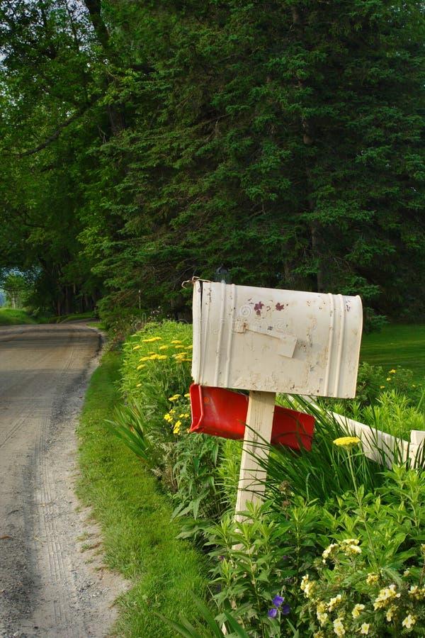 Brievenbus op een landweg stock fotografie