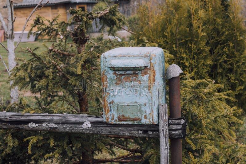 brievenbus it& x27; s van metaal wordt gemaakt dat de weg bijna gepelde verf op het Status op de straat royalty-vrije stock foto's