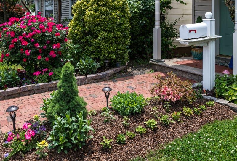 Brievenbus in tuin stock afbeelding