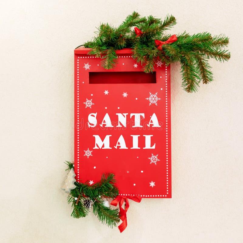 Brievenbus voor kinderen om hun Kerstmisbrieven naar Kerstman te verzenden stock afbeeldingen