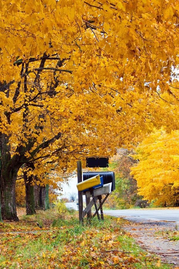 Brievenbussen in de herfst het plaatsen stock fotografie