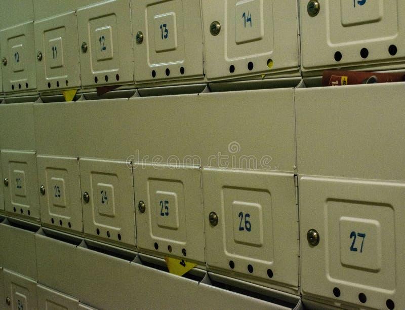 Brievenbussen op de muur stock fotografie