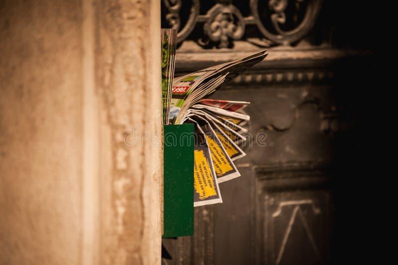 Brievenvakje geblokkeerd hoogtepunt met troeppost royalty-vrije stock afbeelding
