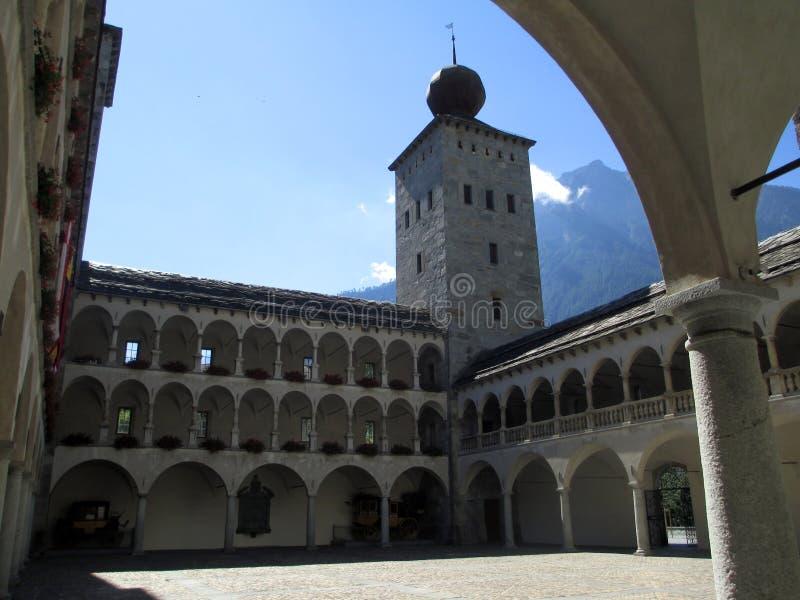 Brig Kloster in den Schweizer Alpen stockfotos
