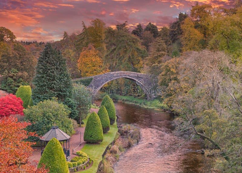 Brig O' Doon und Ayrshire Gardens, die im Herbst Burns gedenken, und das alte Brigg bei Sonnenuntergang durch Ayr Scotland stockbilder