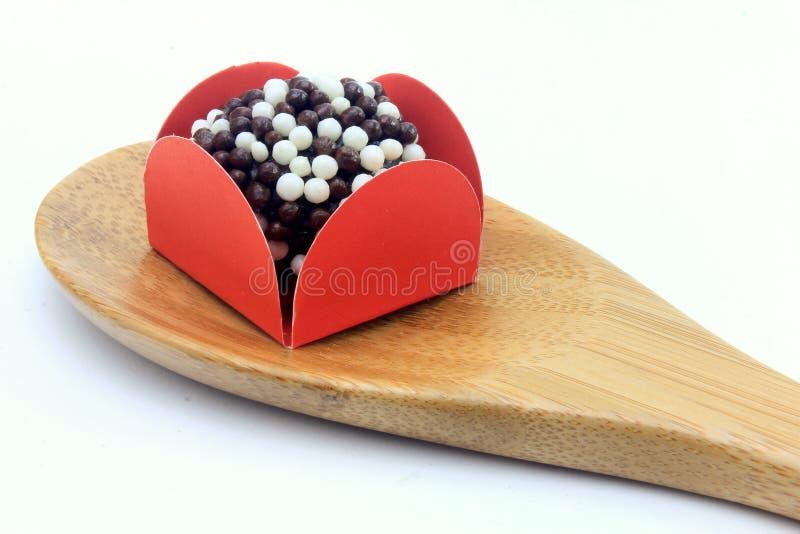 Brigadeiro brygadzista, czekoladowy cukierki typowy Brazylijska kuchnia zakrywająca z cząsteczkami, w białym tle fotografia royalty free