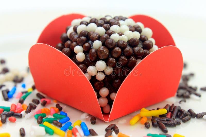 Brigadeiro brygadzista, czekoladowy cukierki typowy Brazylijska kuchnia zakrywająca z cząsteczkami, w białym tle obrazy royalty free