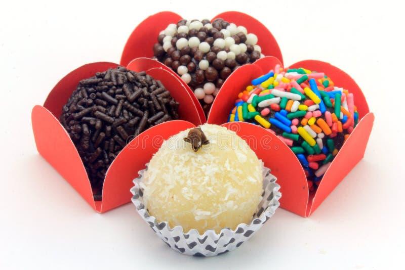 Brigadeiro brygadzista, czekoladowy cukierki typowy Brazylijska kuchnia zakrywająca z cząsteczkami, w białym tle zdjęcie royalty free
