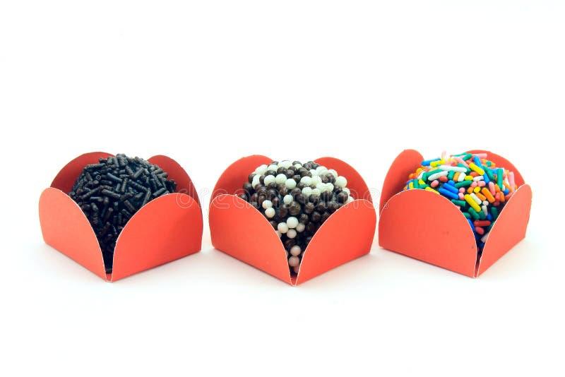 Brigadeiro brygadzista, czekoladowy cukierki typowy Brazylijska kuchnia zakrywająca z cząsteczkami, w białym tle zdjęcia royalty free