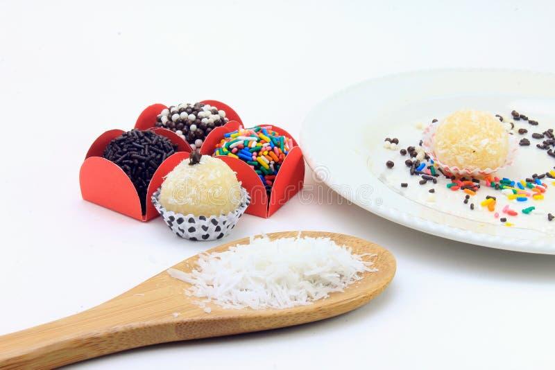 Brigadeiro brygadzista, czekoladowy cukierki typowy Brazylijska kuchnia zakrywająca z cząsteczkami, w białym tle zdjęcia stock