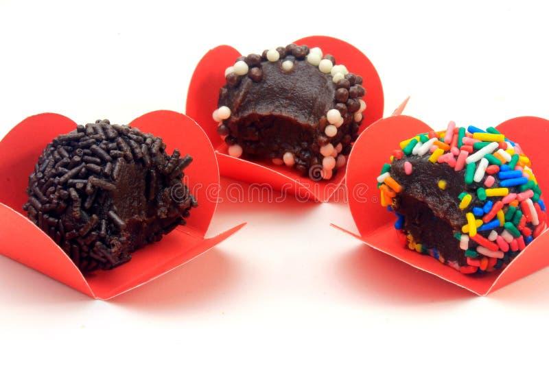 Brigadeiro brygadzista, czekoladowy cukierki typowy Brazylijska kuchnia zakrywająca z cząsteczkami, w białym tle fotografia stock