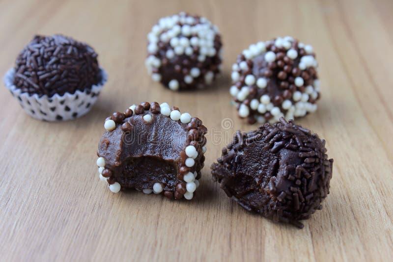 Brigadeiro brygadzista, słodka czekolada typowa Brazylijska kuchnia zakrywająca z cząsteczkami, w drewnianym tle obrazy royalty free