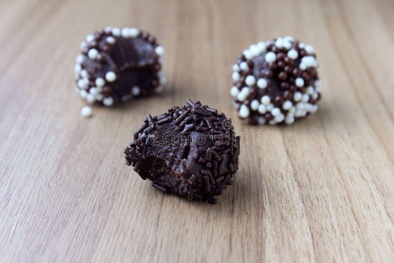 Brigadeiro brygadzista, słodka czekolada typowa Brazylijska kuchnia zakrywająca z cząsteczkami, w drewnianym tle obraz stock