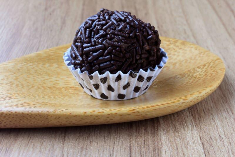 Brigadeiro brygadzista, słodka czekolada typowa Brazylijska kuchnia zakrywająca z cząsteczkami, w drewnianym tle obraz royalty free