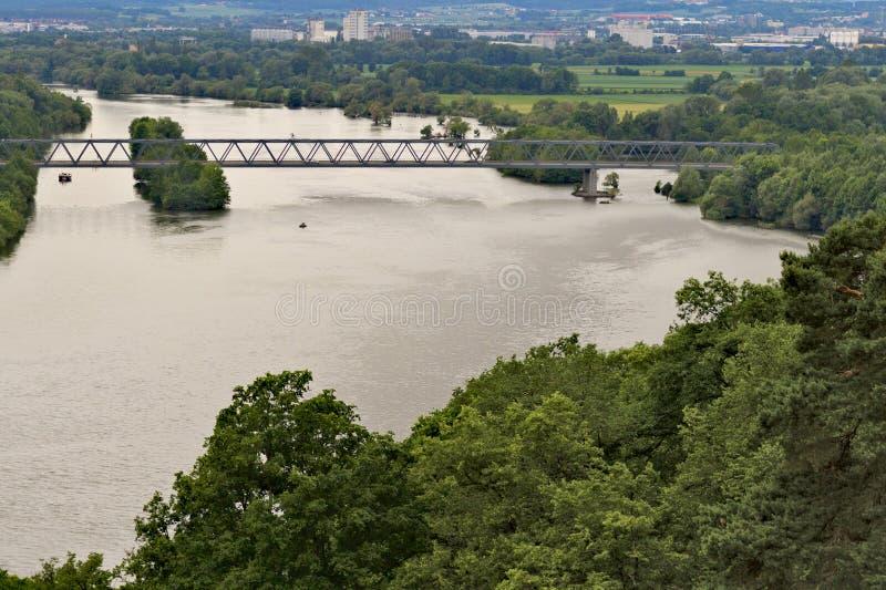 Brigde über einem großen Fluss stockfoto