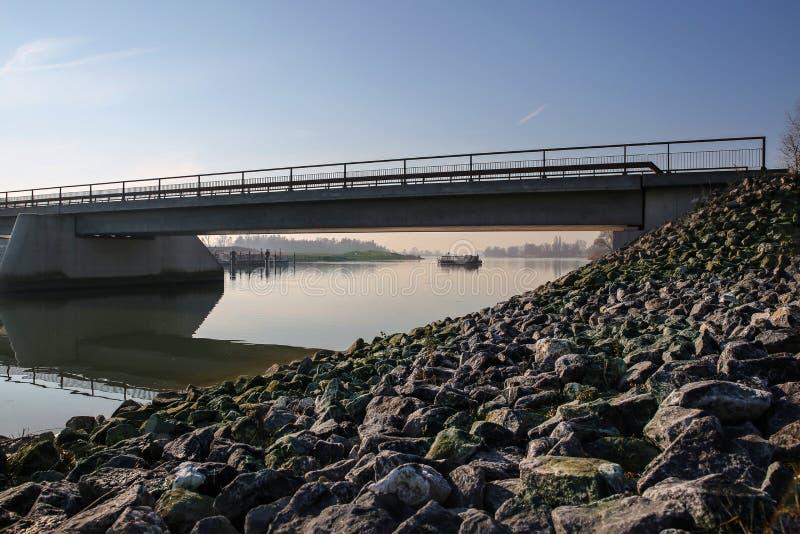 Brigde над рекой с шлюпкой в расстоянии стоковое изображение rf