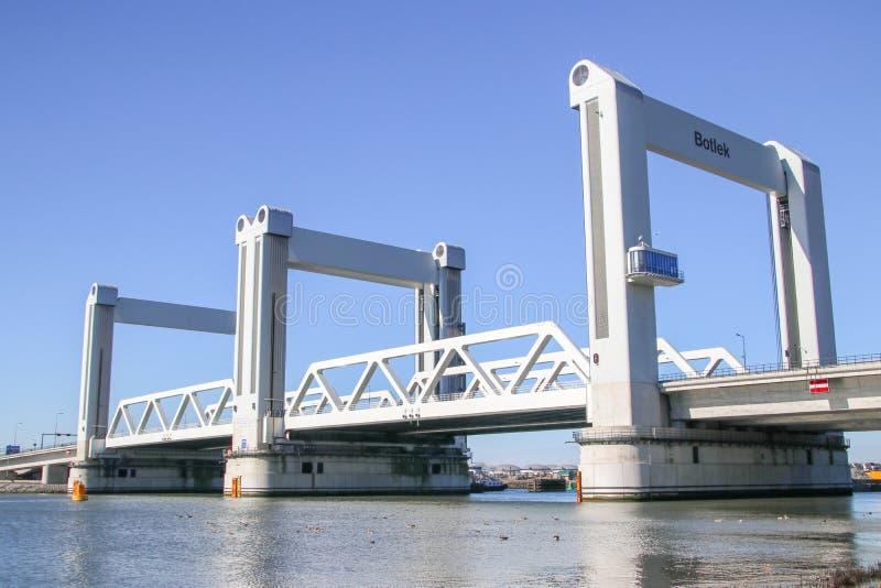 Brigde genoemde Botlekbrug in de haven van Rotterdam, beroemd door a royalty-vrije stock afbeelding