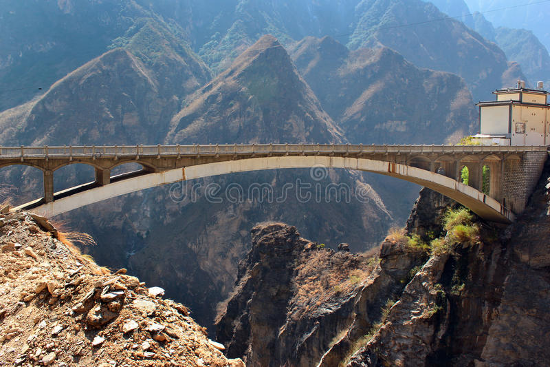 Brigde i central del av Tiger Leaping Gorge i Yunnan, sydliga Kina royaltyfri foto