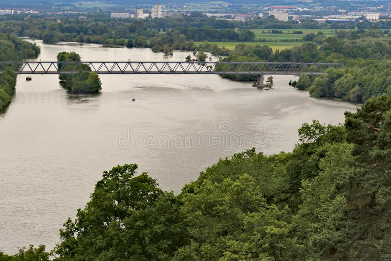 Brigde over een grote rivier stock foto