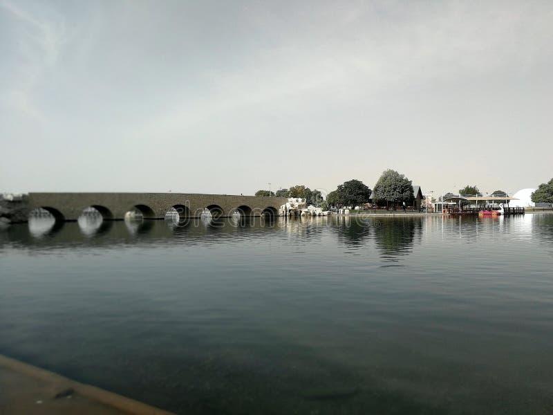 Brige aspira los árboles del cielo del lago imagenes de archivo