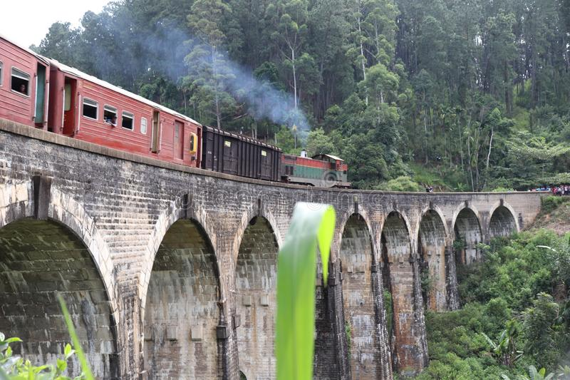 Brige de neuf archers avec le train au Sri Lanka image stock