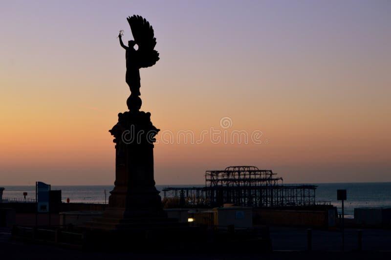 Brigghton - estátua da paz no nascer do sol foto de stock
