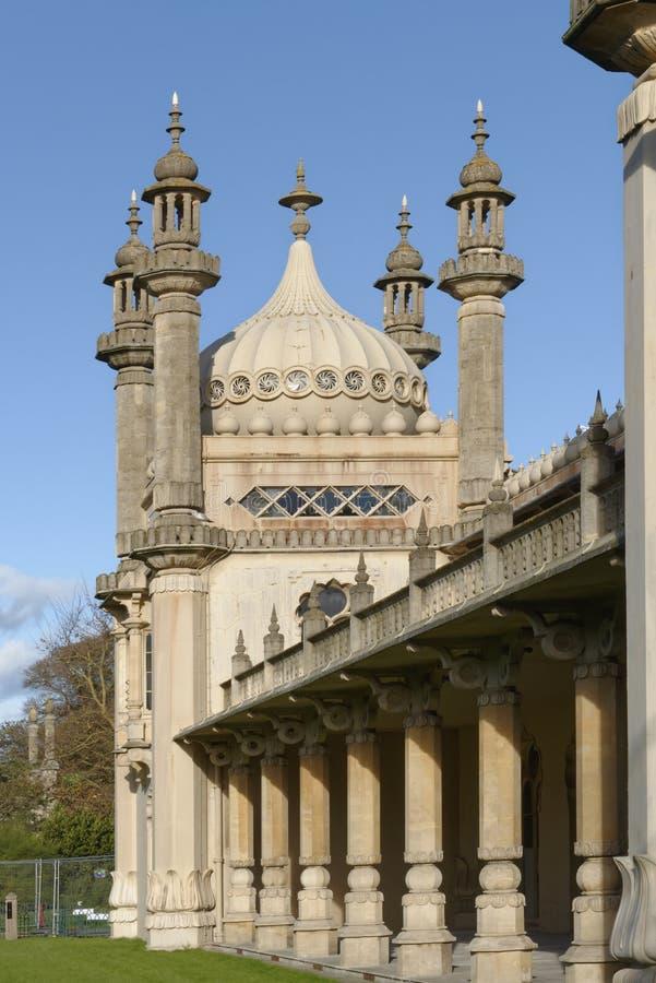 Brigghton, Inglaterra: sol da dobadoura no pavilhão Céu azul fotografia de stock royalty free