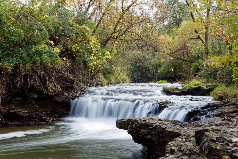 Briggs-Holz senkt Wasserfall im Herbst lizenzfreie stockbilder
