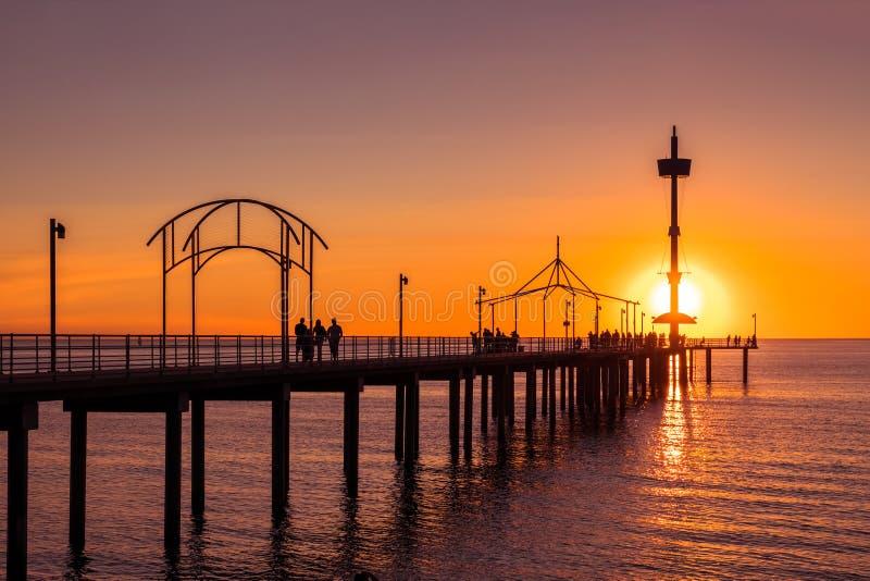 Brighton Beach-pier met mensen stock afbeelding