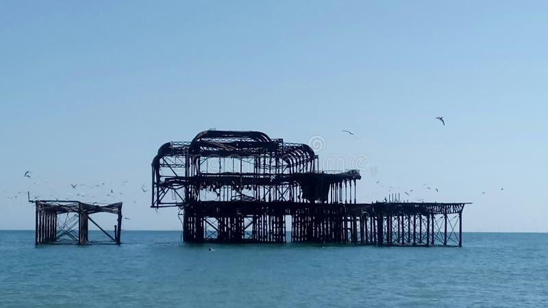 Brighton& x27; cais para fora queimado s fotos de stock