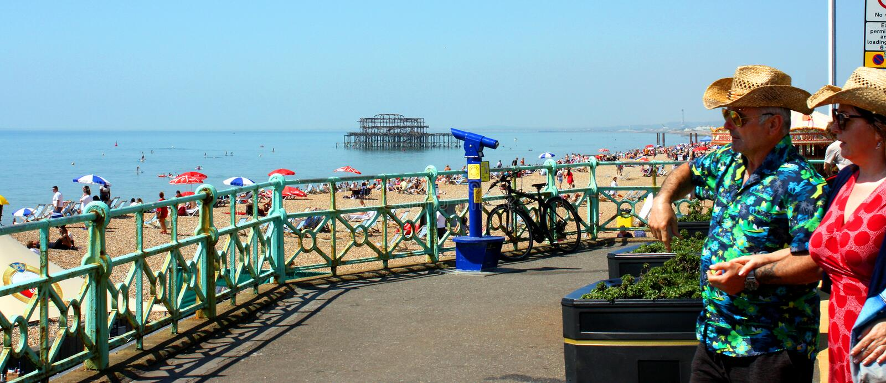 Brighton durch den Strand stockfoto