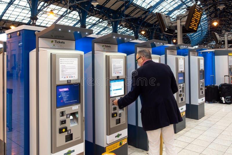 Brighton, Engeland-18 Oktober, 2018: De machine of de treinkaartjesautomaten van het treinkaartje voor zelfbediening met op passa stock foto