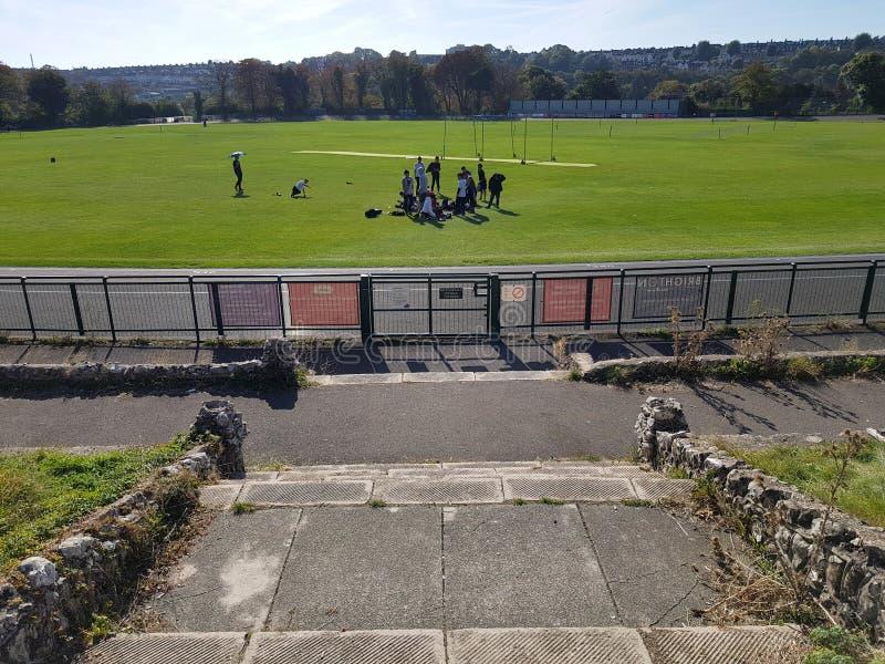 Brighton England-18 Oktober, 2018: Fält för Preston Park lekplatsfotboll med gruppen av studenter som spelar fotboll och engelska royaltyfria bilder