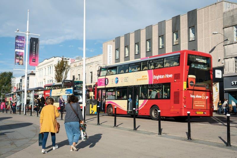 Brighton England-1 Oktober, 2018: Hållplats med tecknet för information om bräde för digitala data för passagerare med röda två b royaltyfri fotografi