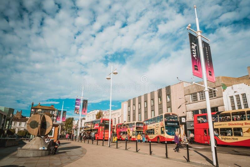 Brighton England-1 Oktober, 2018: Hållplats med tecknet för information om bräde för digitala data för passagerare med röda två b royaltyfria foton