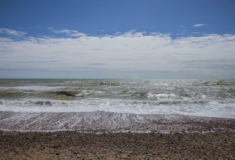 Brighton England, UK - strand, hav och en blå himmel royaltyfria bilder