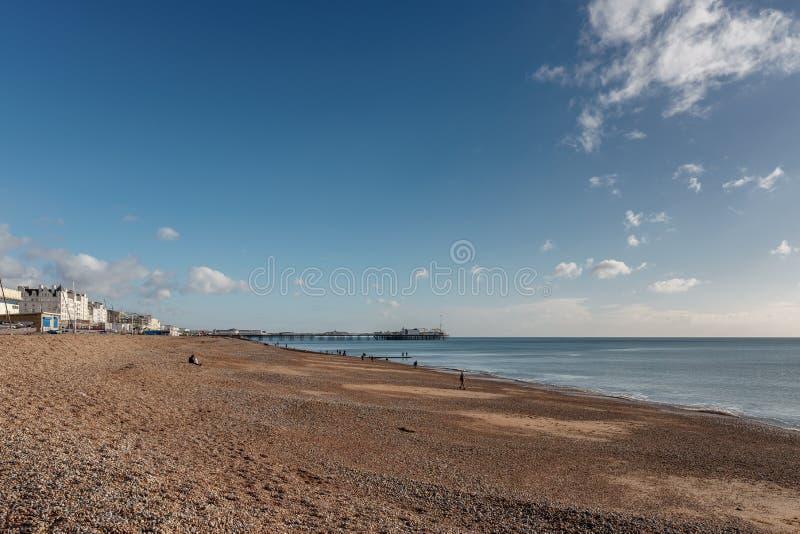 BRIGHTON, HET OOSTEN SUSSEX/UK - 3 JANUARI: Weergeven van het strand en de Pijler in Brighton East Sussex op 3 Januari, 2019 Niet stock foto's