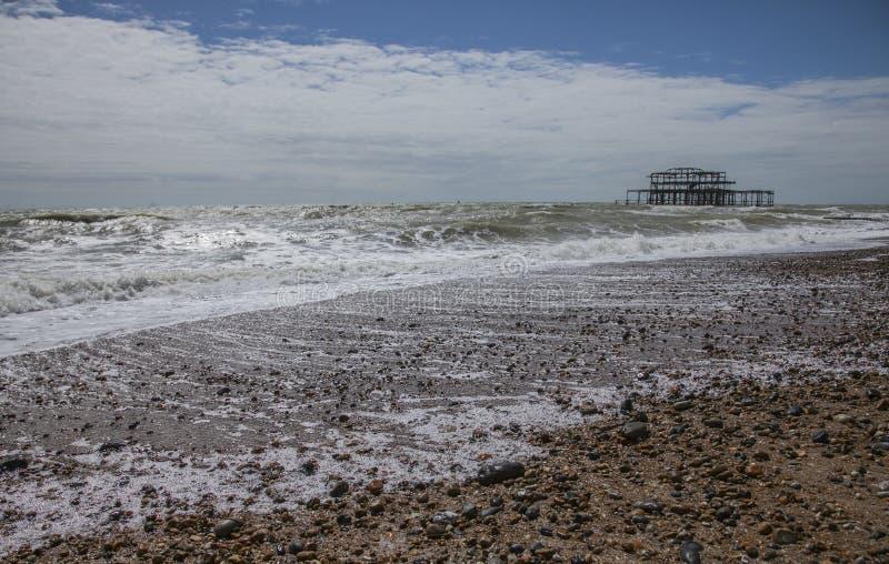 Brighton, Inghilterra, il BRITANNICO - mari ed il pilastro ad ovest fotografie stock