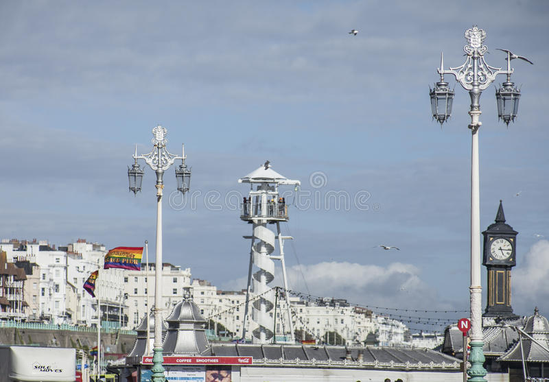 Brighton, Inghilterra - lungonmare/cieli blu immagine stock libera da diritti