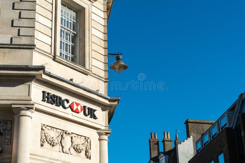 Brighton, Inghilterra 6 ottobre 2018: La Banca di HSBC firma dentro l'entrata dell'ufficio della succursale bancaria di HSBC nell fotografia stock libera da diritti