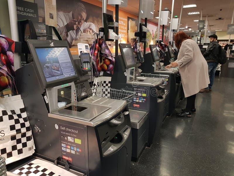 Brighton, Inglaterra 18 de octubre de 2018: máquina contraria del Sef-servicio en marca y chaqueta de punto para el cliente con e imagen de archivo libre de regalías