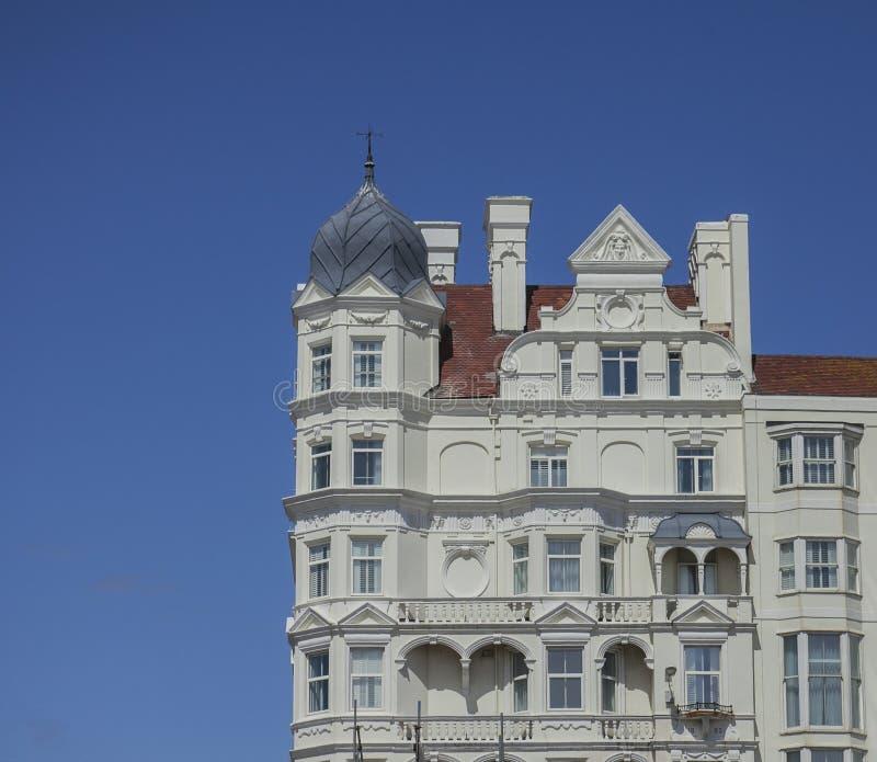 Brighton, Inglaterra, el BRITÁNICO - cielos azules y hoteles blancos de la orilla del mar fotos de archivo libres de regalías