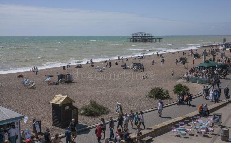Brighton, Inglaterra, el BRITÁNICO - la 'promenade' y el embarcadero fotos de archivo