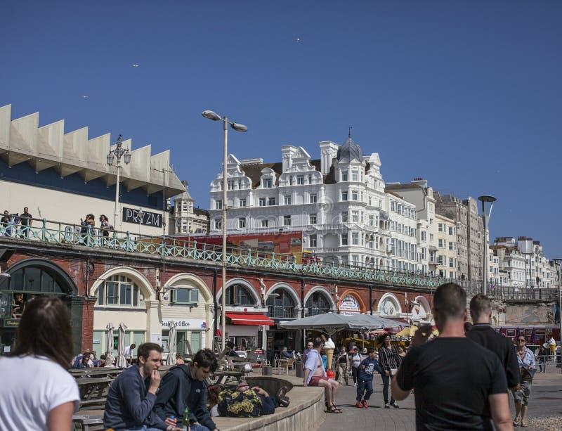 Brighton, Inglaterra - la orilla del mar, 'promenade' y algunos hoteles blancos foto de archivo