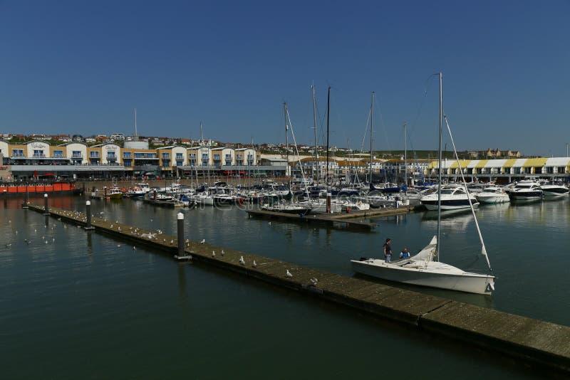 Brighton Marina, Ansicht des Hafens, mit einem Segelboot Brighton, Gro?britannien lizenzfreies stockfoto