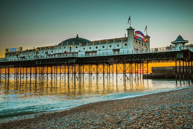 Brighton mola plaża z zmierzch złotą godziną przy Sussex Anglia, UK Brighton mola i pałac Morski popularny miejsce dla gościa fotografia stock