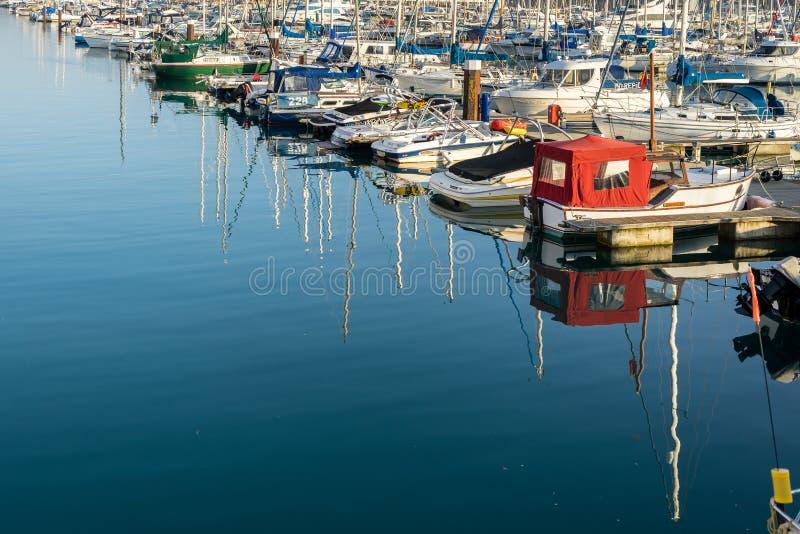 BRIGHTON, OST-SUSSEX/UK - 1. NOVEMBER: Boote im Jachthafen in B lizenzfreies stockfoto