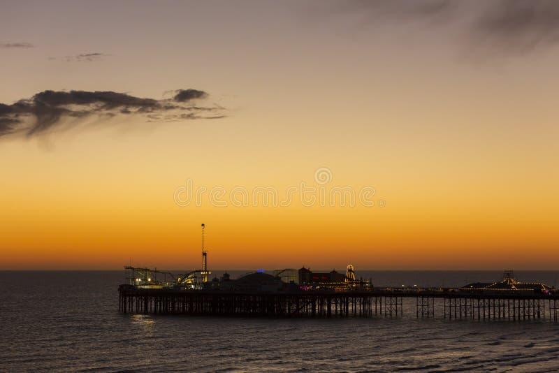 Brighton Palace Pier, conhecido geralmente como Brighton Pier ou o cais do palácio é um cais alistado II do prazer da categoria e foto de stock