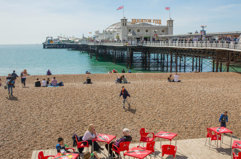 Brighton Pier en strand, Oost-Sussex, Engeland stock foto's